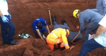 Bombeiros resgatam trabalhadores soterrados em obra de supermercado em Uberlândia