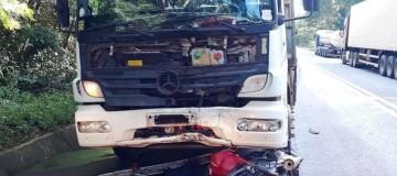 Motociclista morre ao bater em caminhão perto da represa de Miranda em Uberlândia