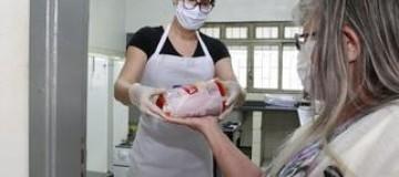 Emei Shopping Park distribui pacotes de carne a alunos do Bolsa Família