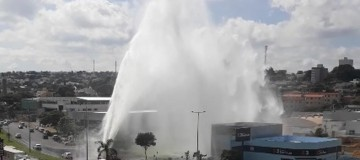 Parte da Avenida Rondon Pacheco em Uberlândia terá nova adutora após vazamento de água que atingiu casas